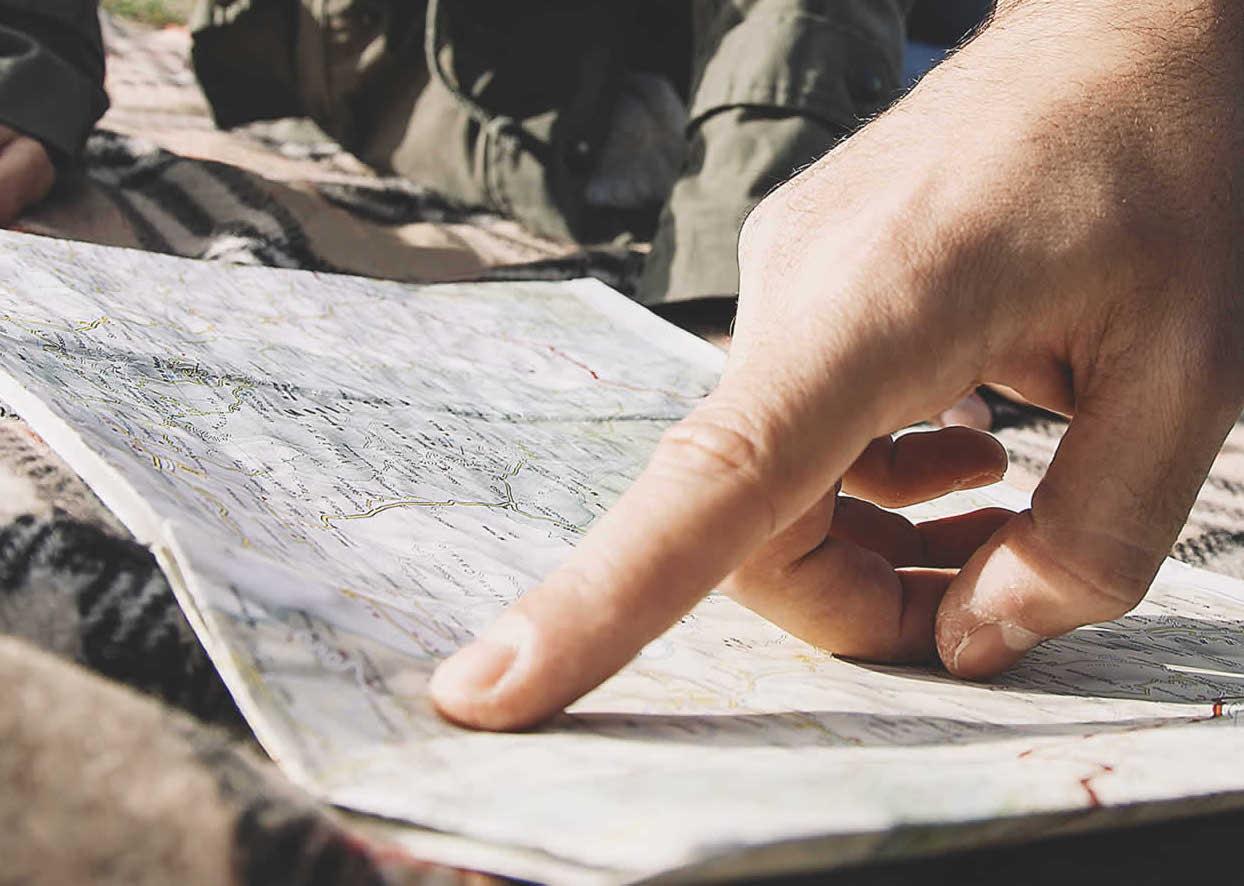 Finger zeigt auf Landkarte